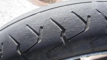pneu-moto-craquele